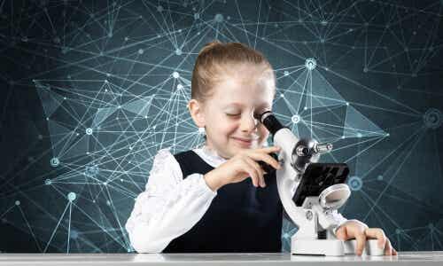 Bambina usa un microscopio.