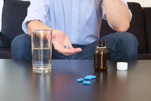 Uomo che assume delle pillole per trattare la disfunzione erettile.