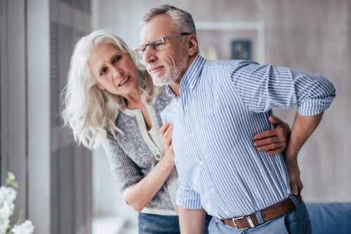 Le cadute nelle persone anziane: uomo con dolore alla schiena.