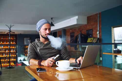 Uomo che fuma sigaretta elettronica.