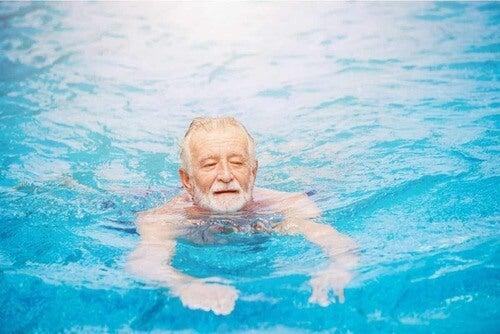 Anziano che nuota.