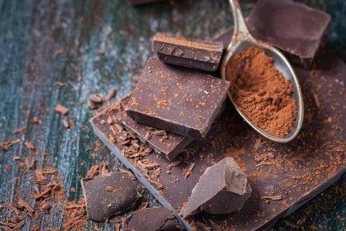 Cioccolato a pezzi e in polvere.