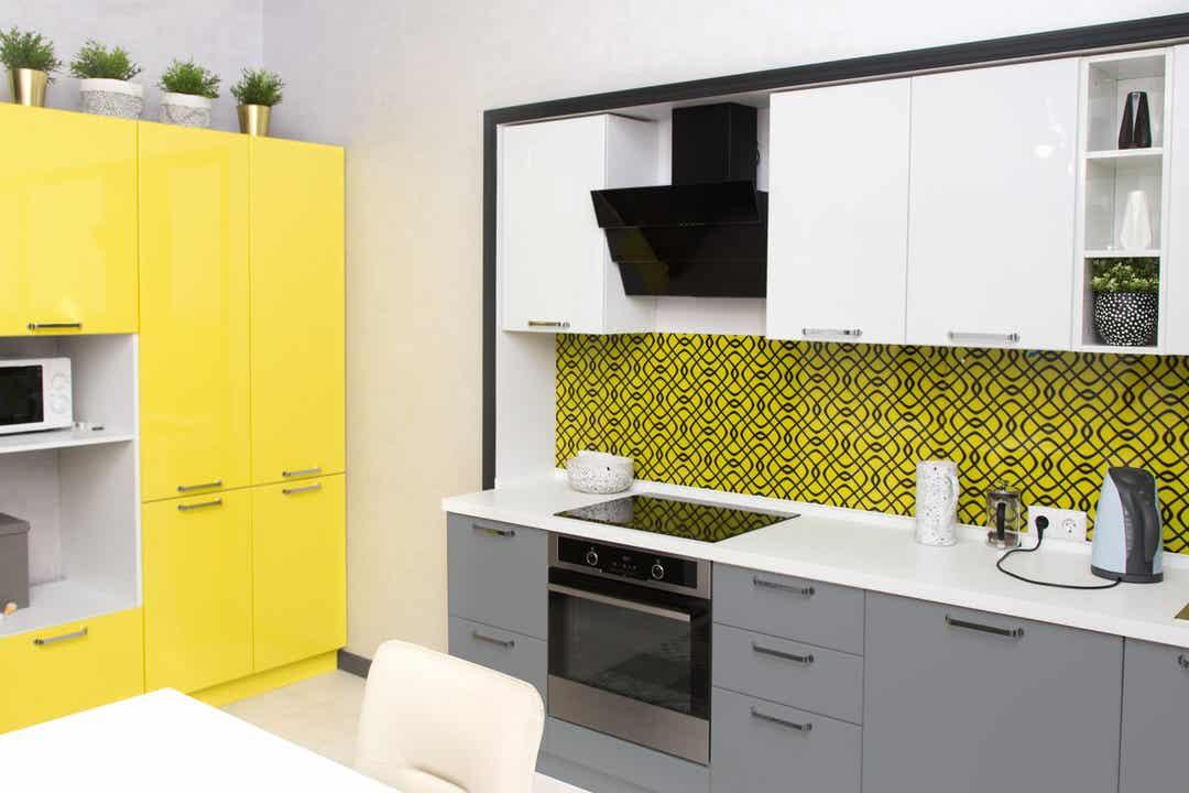 Cucina arredata in giallo.