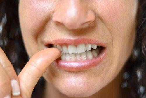 Donna che si tocca un dente.