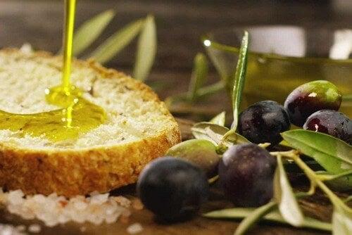 Un filo di olio e olive con pane.