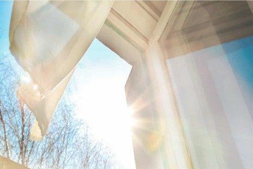 Luce naturale e finestre aperte.