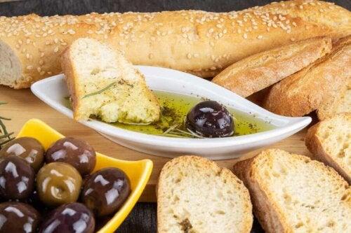 Pane al sesamo con olio e olive.
