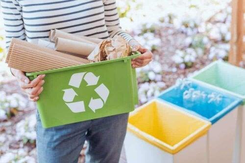 Proteggere l'ambiente: raccolta differenziata dei rifiuti.