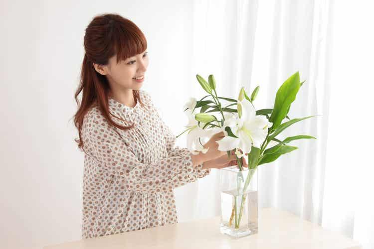 Ragazza innaffia le piante.
