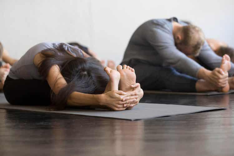Sessione di stretching in palestra.