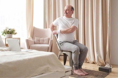 Uomo che fa yoga sulla sedia.