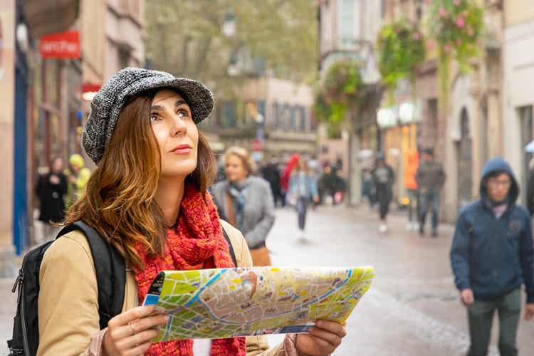 Ragazza viaggiatrice all'estero.