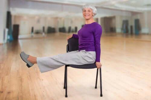 Yoga con la sedia per gli anziani: esercizi e benefici