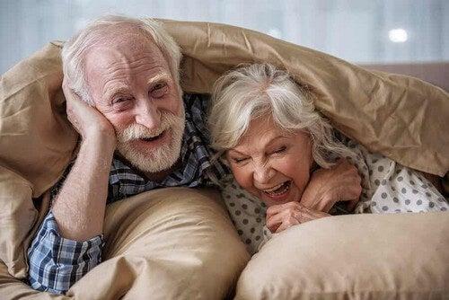 Anziani in salute che giocano.