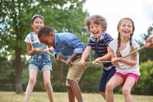 Bambini che giocano al tiro alla fune.