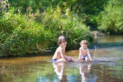 Bambini che giocano nel fiume.
