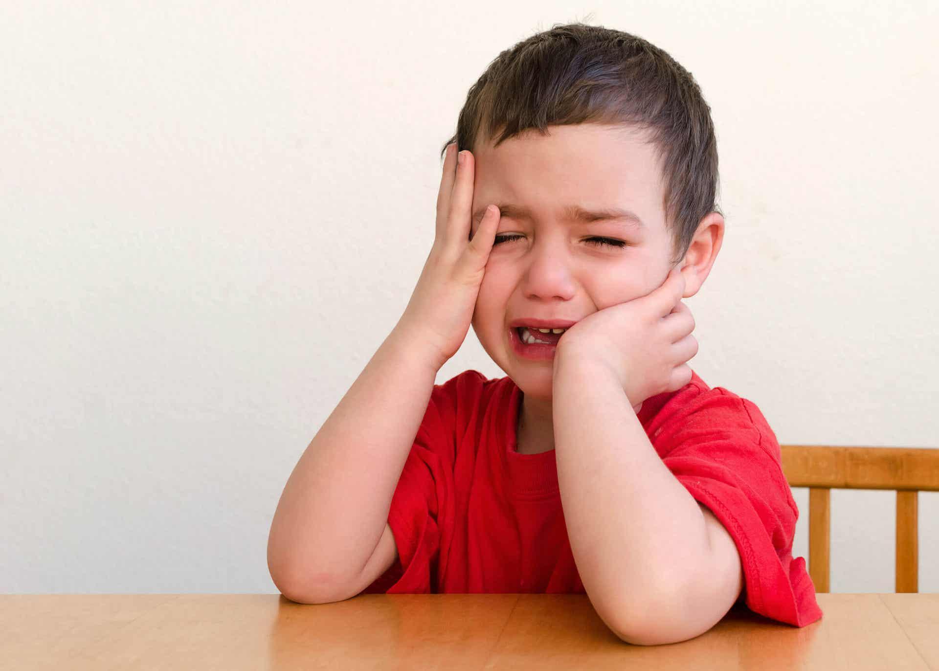 Bambino che cammina scalzo e piange.