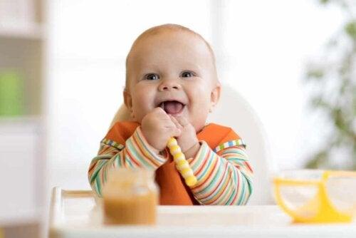 Bebè sul seggiolone.