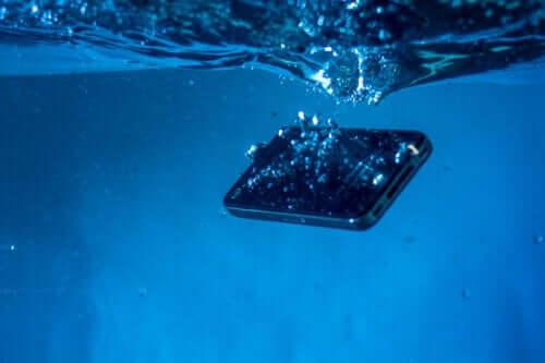 Salvare un cellulare bagnato: 5 trucchi