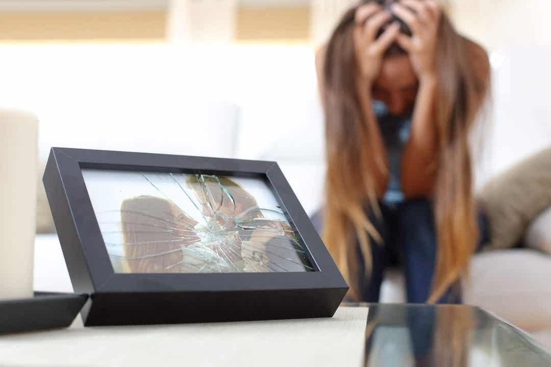 Cornice con fotografia con il vetro infranto.