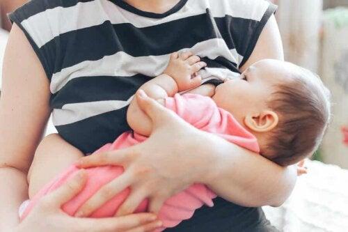 Donna allatta il bambino.