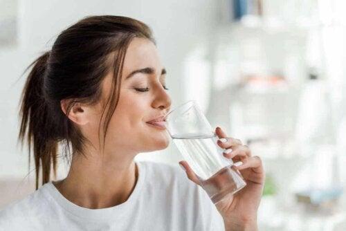 Digerire meglio: donna che beve acqua.