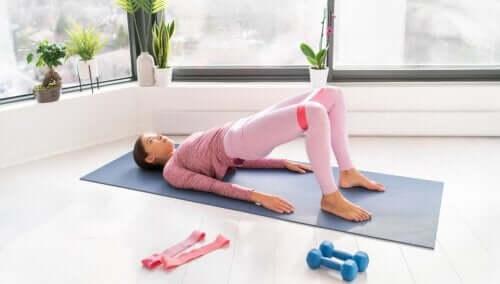 Esercizi con gli elastici per rafforzare gli addominali