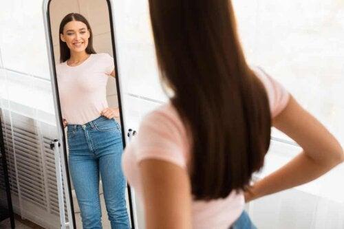 Donna davanti a uno specchio.