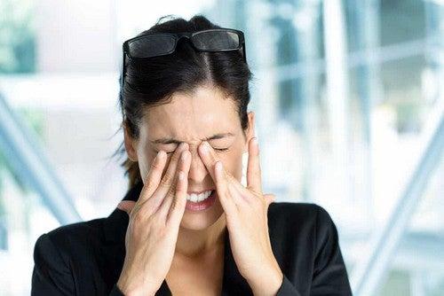 Donna con infiammazione oculare.