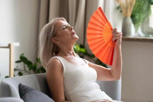 Menopausa e ipertensione: donna con vampate di calore.