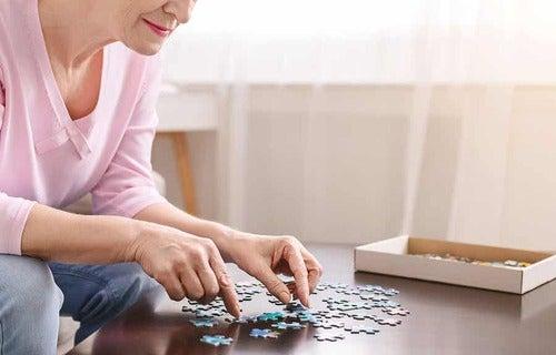 Donna che fa un puzzle.
