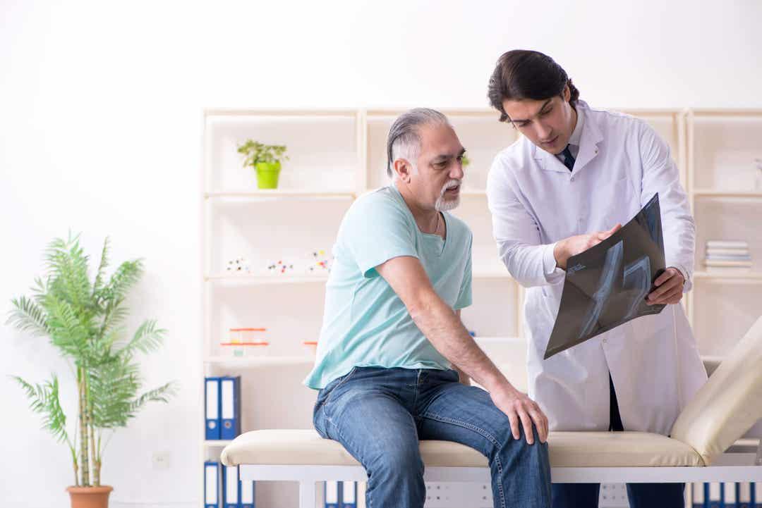 Uomo dal dottore per l'artrite.