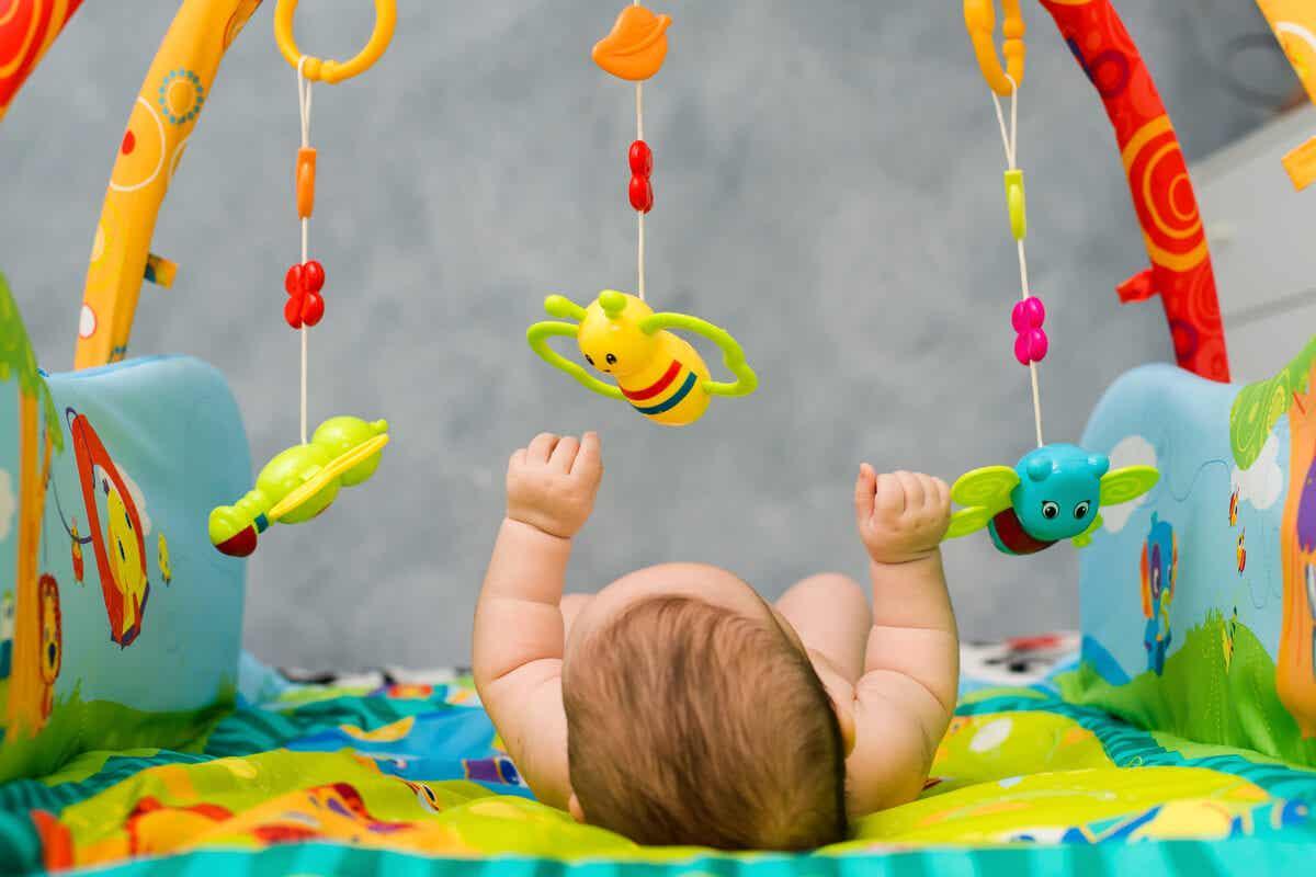 Giostrina per stimolare la vista del neonato.