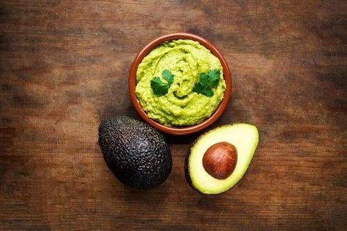 Ciotola di guacamole con avocado.