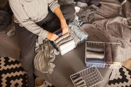 Decluttering: 6 capi da eliminare subito dall'armadio