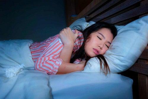 Ragazza dorme in posizione supina.