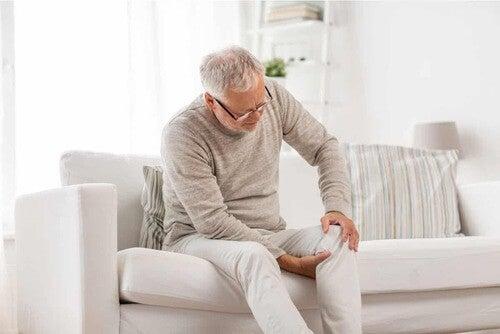 Uomo anziano seduto sul divano.