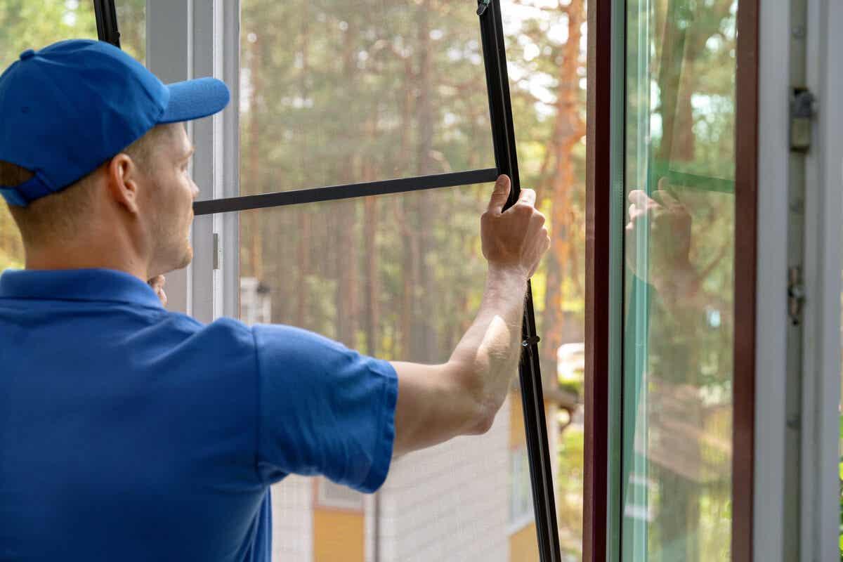 Installazione zanzariere in casa.