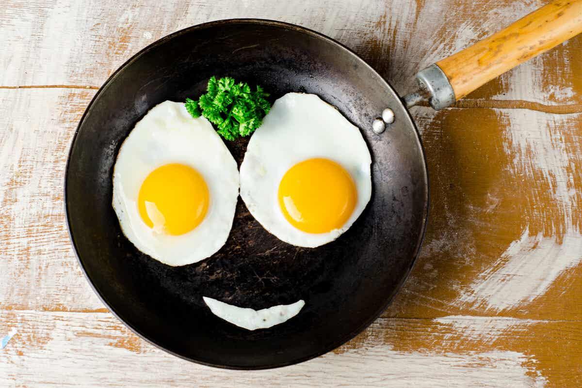 Uova sorridenti in padella.