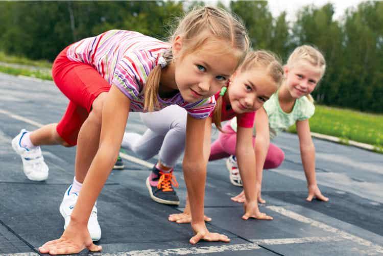 Tre bambine in corsa.