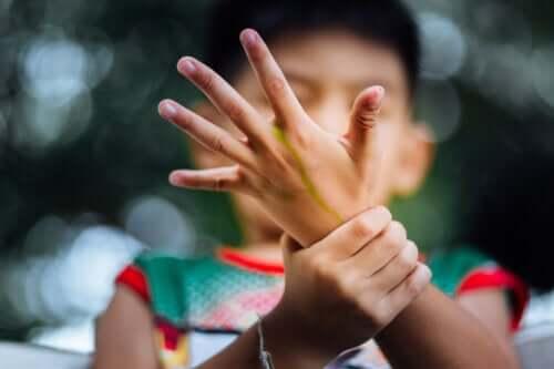 Artrite idiopatica giovanile: sintomi, cause e trattamento