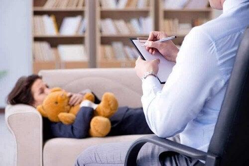 Bambino durante una seduta dallo psicoterapeuta.