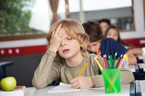 Bambino stanco a scuola.
