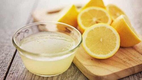 Lavare i piatti a mano con il succo di limone.