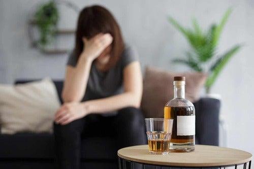 Donna che soffre di alcolismo.