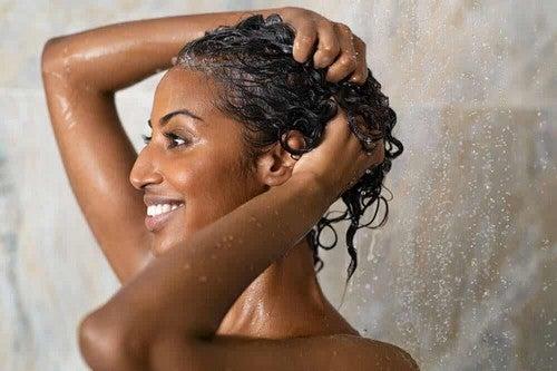 Donna applica lo shampoo alla cipolla.