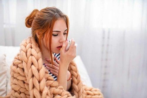 Donna che ha l'asma.