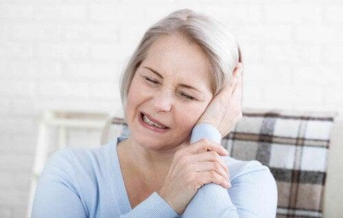 Donna con mal di orecchio.