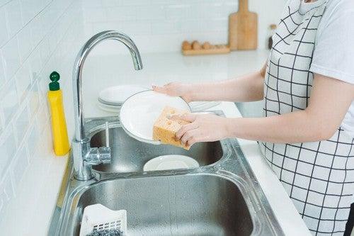 Lavare i piatti a mano: regole ed errori da evitare