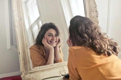 Donna che sorride allo specchio.